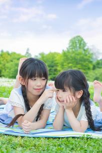 ピクニックをする家族の素材 [FYI00922713]