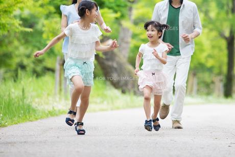 道を歩く家族の写真素材 [FYI00922717]