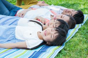 ピクニックをする家族の写真素材 [FYI00922719]
