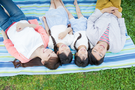 ピクニックをする家族の写真素材 [FYI00922721]