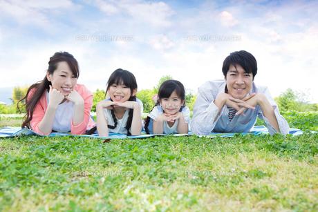 ピクニックをする家族の写真素材 [FYI00922722]