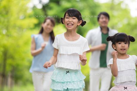 道を歩く家族の写真素材 [FYI00922724]