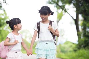 一緒に歩く姉妹の写真素材 [FYI00922726]