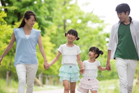 手を繋いで歩く家族の写真素材 [FYI00922728]