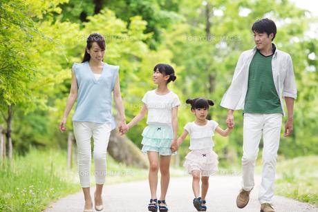 手を繋いで歩く家族の写真素材 [FYI00922729]