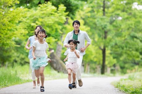 道を歩く家族の写真素材 [FYI00922730]