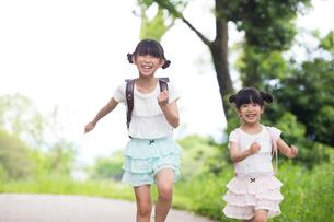 一緒に歩く姉妹の写真素材 [FYI00922731]