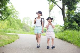 一緒に歩く姉妹の素材 [FYI00922735]