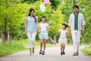 手を繋いで歩く家族の写真素材 [FYI00922736]