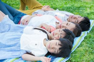 ピクニックをする家族の写真素材 [FYI00922738]
