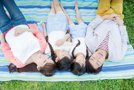 ピクニックをする家族の写真素材 [FYI00922741]
