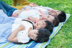ピクニックをする家族の写真素材 [FYI00922742]