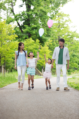 手を繋いで歩く家族の写真素材 [FYI00922743]