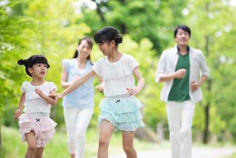 道を歩く家族の写真素材 [FYI00922747]
