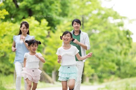道を歩く家族の写真素材 [FYI00922748]