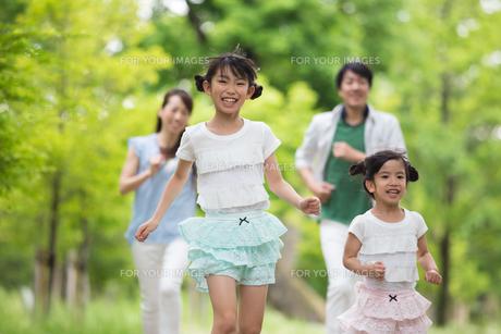 道を歩く家族の写真素材 [FYI00922750]