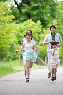 道を歩く家族の素材 [FYI00922752]