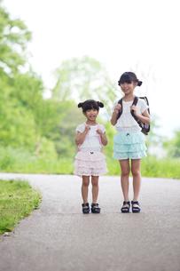 一緒に歩く姉妹の素材 [FYI00922756]