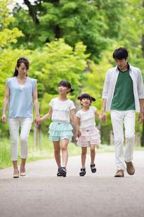 手を繋いで歩く家族の写真素材 [FYI00922759]