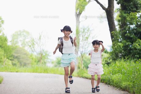 一緒に歩く姉妹の写真素材 [FYI00922761]