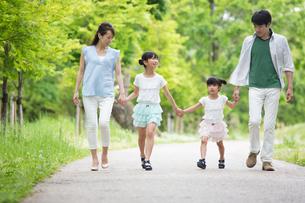 手を繋いで歩く家族の素材 [FYI00922762]