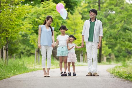 手を繋いで歩く家族の素材 [FYI00922764]