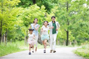 道を歩く家族の写真素材 [FYI00922767]