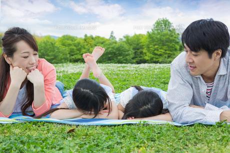 ピクニックをする家族の写真素材 [FYI00922770]