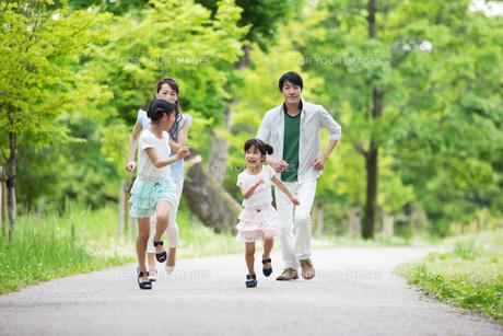 道を歩く家族の写真素材 [FYI00922773]