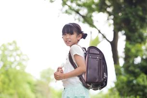 ランドセルを背負った小学生の写真素材 [FYI00922777]