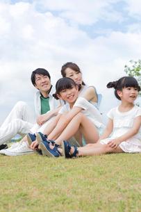芝生に座る家族の写真素材 [FYI00922778]