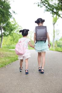 一緒に歩く姉妹の素材 [FYI00922782]