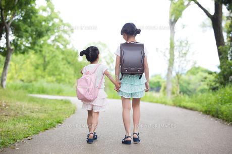 一緒に歩く姉妹の写真素材 [FYI00922784]