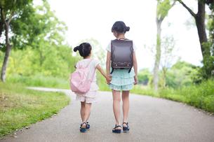 一緒に歩く姉妹の素材 [FYI00922784]