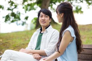 ベンチに座る夫婦の素材 [FYI00922788]