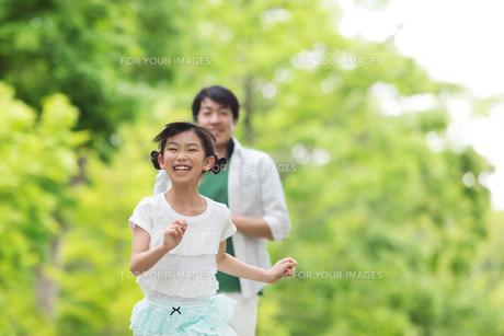 道を歩く家族の素材 [FYI00922789]