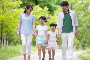 手を繋いで歩く家族の素材 [FYI00922790]