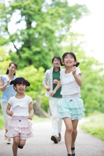 道を歩く家族の素材 [FYI00922791]