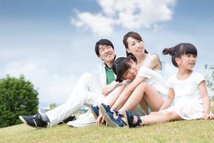 芝生に座る家族の素材 [FYI00922796]