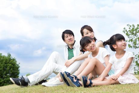 芝生に座る家族の写真素材 [FYI00922797]