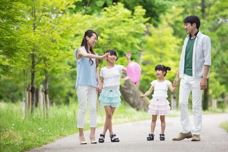 手を繋いで歩く家族の素材 [FYI00922798]