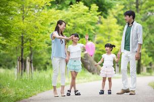 手を繋いで歩く家族の写真素材 [FYI00922798]