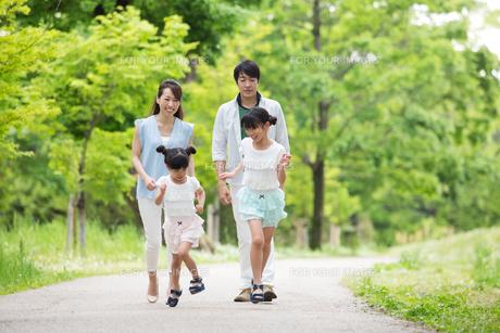 道を歩く家族の写真素材 [FYI00922801]