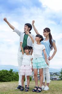 えいえいおーをする家族の素材 [FYI00922804]