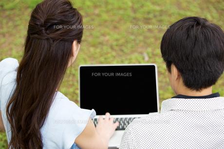 ベンチに座る夫婦の素材 [FYI00922809]