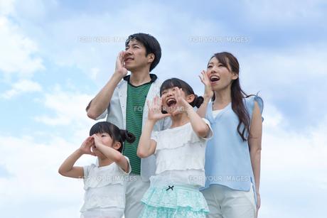 青空に叫ぶ家族の写真素材 [FYI00922812]