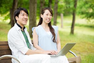 ベンチに座る夫婦の素材 [FYI00922815]