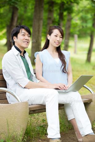 ベンチに座る夫婦の素材 [FYI00922816]