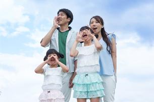 青空に叫ぶ家族の写真素材 [FYI00922817]
