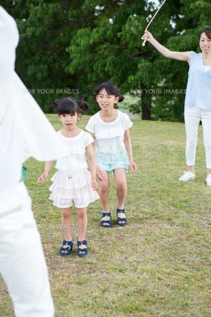 縄跳びをする家族の写真素材 [FYI00922820]